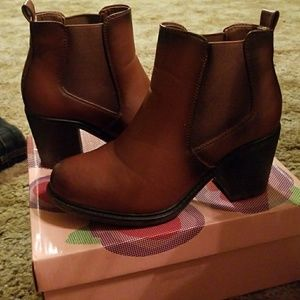 Via Pinky ankle boots